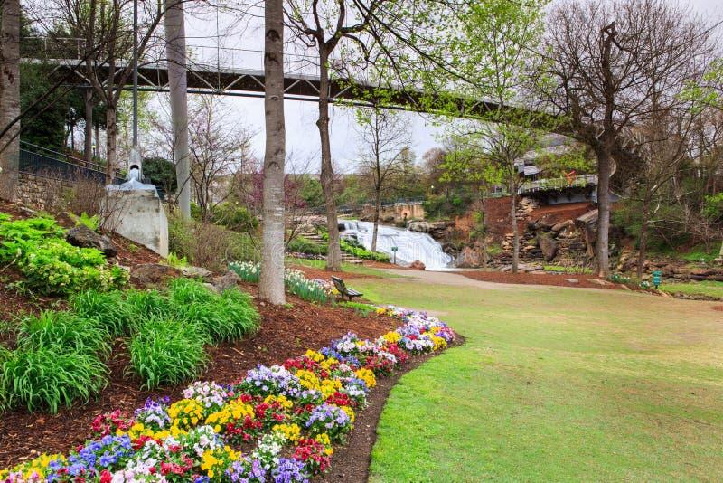 Nedgångar parkerar och Liberty Bridge i Greenville SC royaltyfri bild