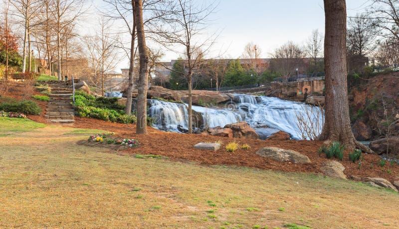 Nedgångar parkerar på Reedy River Greenville South Carolina arkivfoto