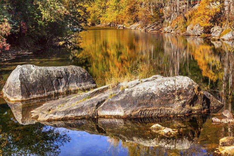 Nedgången färgar den orange reflexionsWenatchee floden Washington fotografering för bildbyråer