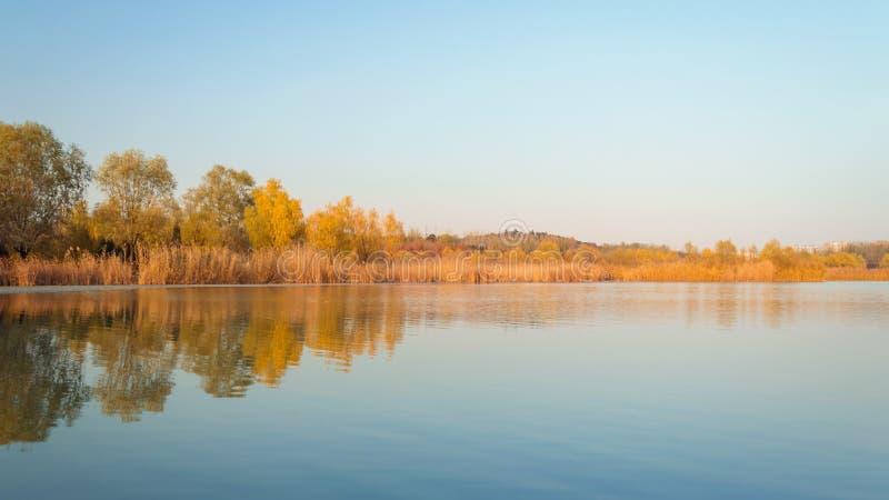 Nedgången färgar sjö 4 royaltyfria foton