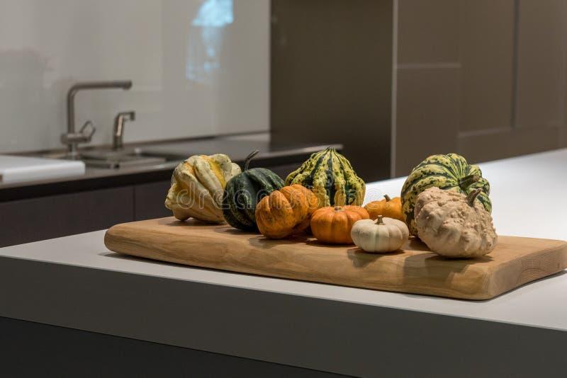 Nedgånggrönsaker i kök arkivbilder