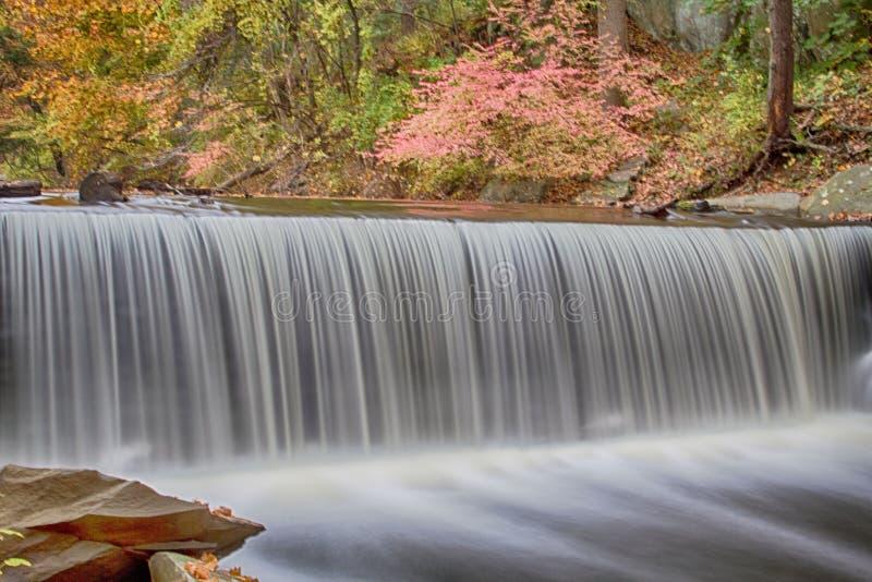 Nedgånglövverk och vattenfall i Hyde Park New York royaltyfri bild