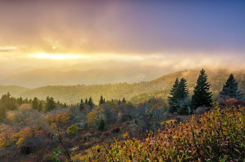 Nedgångsolnedgång, Cowee berg, blåa Ridge Parkway arkivfoto