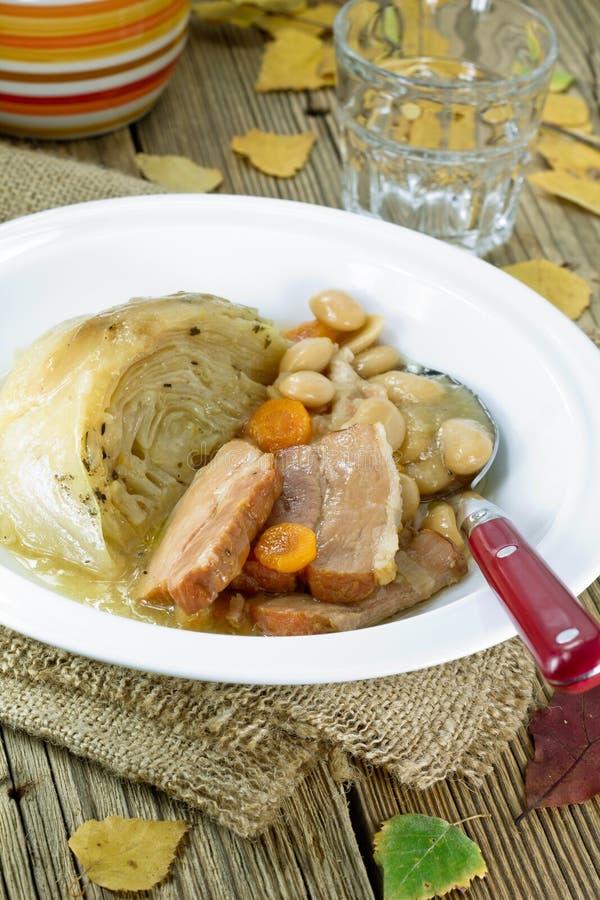 Nedgångsoppa med bönor och skinka arkivfoto