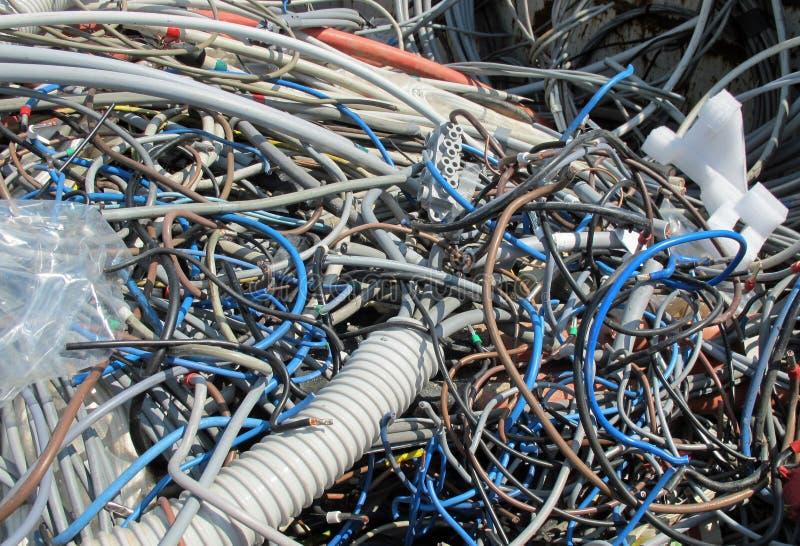 Nedgrävning av sopor av avskräden med stycken av demolerade gamla elektriska kablar arkivfoto