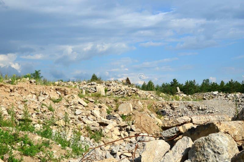 Nedgrävning av sopor av gamla stenar och konkreta tjock skiva från förstörda byggnader royaltyfria foton
