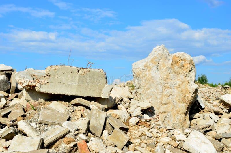 Nedgrävning av sopor av gamla stenar och konkreta tjock skiva från förstörda byggnader royaltyfri fotografi