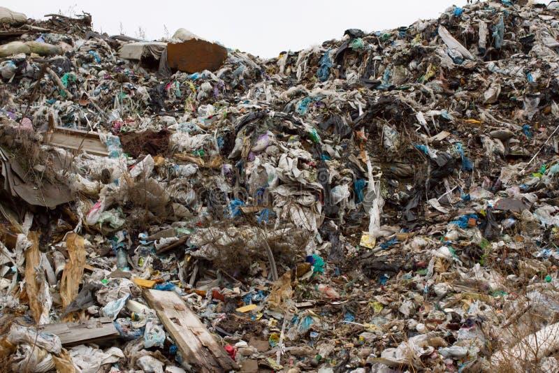 Nedgrävning av sopor i Ukraina, högar av plast- dumpade in Vägarna längs oorganisk förlorad röra royaltyfria foton