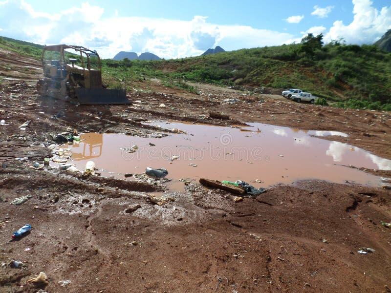 Nedgrävning av sopor som är öppen i Minas Gerais - Brasilien arkivfoton
