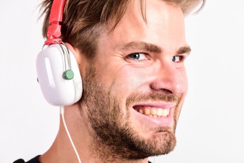Nedladdningmusikapplikation Ungdommusiksmak Musik för stilig grabb för student lyssnande Modernt folkbegrepp Rufsad till man arkivfoto
