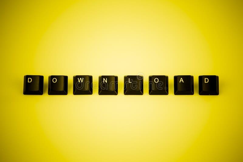 Nedladdningordet som är skriftligt med den svarta datoren, knäppas över guling vektor illustrationer