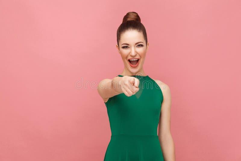 Nedsänkt stängsel! Kvinna som pekar fingret på kameran och toothy le royaltyfri foto
