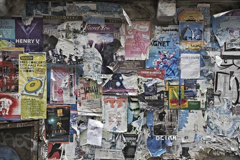 Nedskärningconcertposters på en vägg i Seattle arkivbild