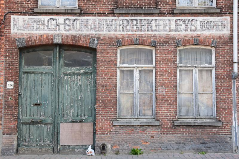Nedskärninglagerbyggnad i bakgatorna av Bruges fotografering för bildbyråer