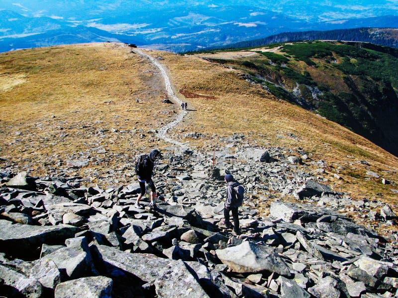 Nedstigning från berget arkivfoto