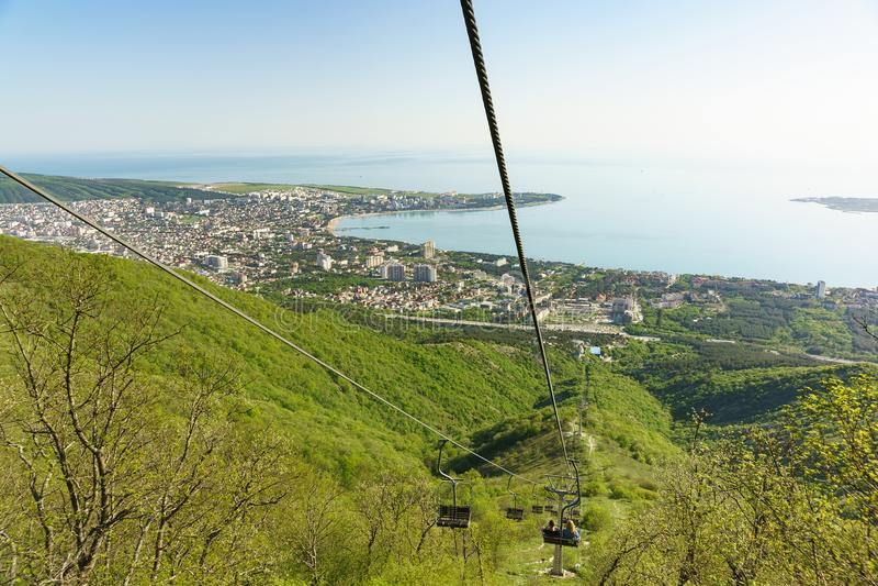 Nedstigning på kabelbilen av Gelendzhik Safari Park från den Markotkh kanten till den sydliga semesterortstaden arkivfoto