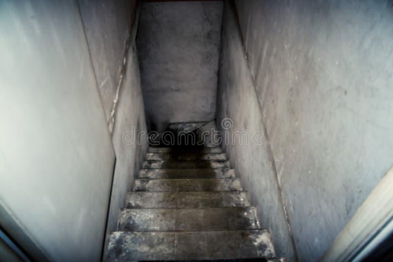 Nedstigningen till källaren av den gamla konkreta trappan royaltyfria bilder