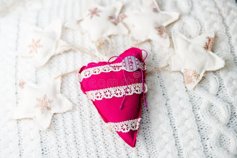 Needlcraft rouge et blanc en forme de coeur au-dessus de blanc photo stock