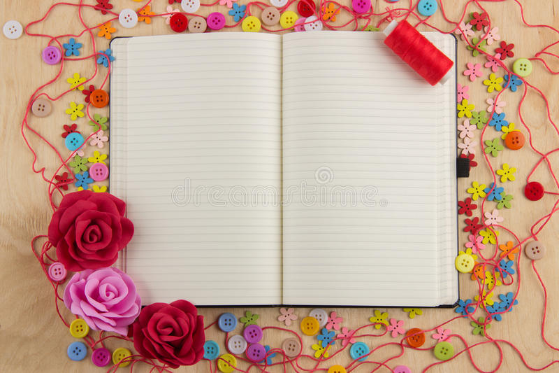 Needlewoman aberto com botões, linha da página do caderno, flores e foto de stock