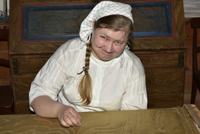 Needlewoman in het Openluchtmuseum dichtbij Kastelholm-Kasteel, Sund, Aland, Finland royalty-vrije stock foto