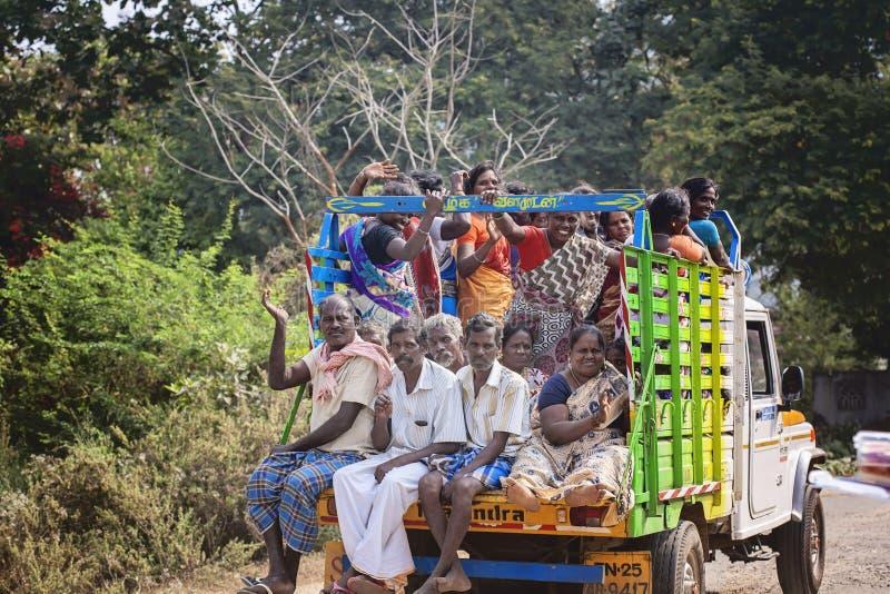 Neem auto met Indische arbeiders op die gaan werken stock afbeeldingen