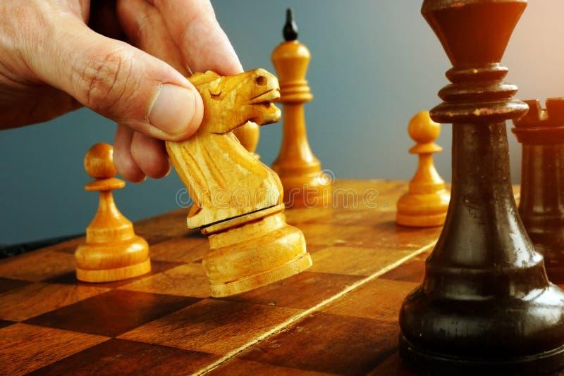 Neem besluiten en uitdaging De schaakspeler maakt een beweging royalty-vrije stock fotografie