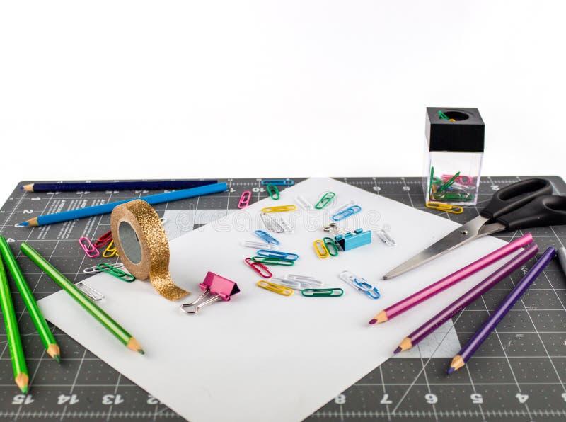 Neem bureau of schoollevering op een gridded oppervlakte royalty-vrije stock foto's