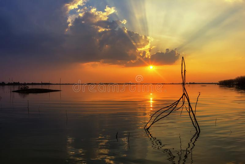 Neem de zonsondergang weerspiegelende oppervlakte van het fotolandschap royalty-vrije stock fotografie