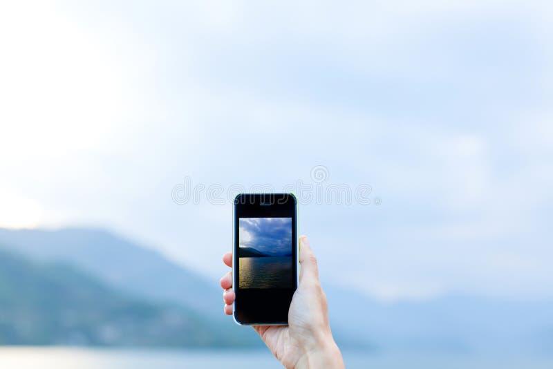 Neem een foto door smartphone royalty-vrije stock afbeeldingen
