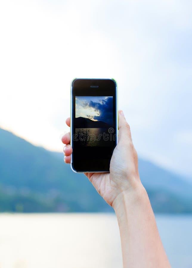 Neem een foto door smartphone stock fotografie