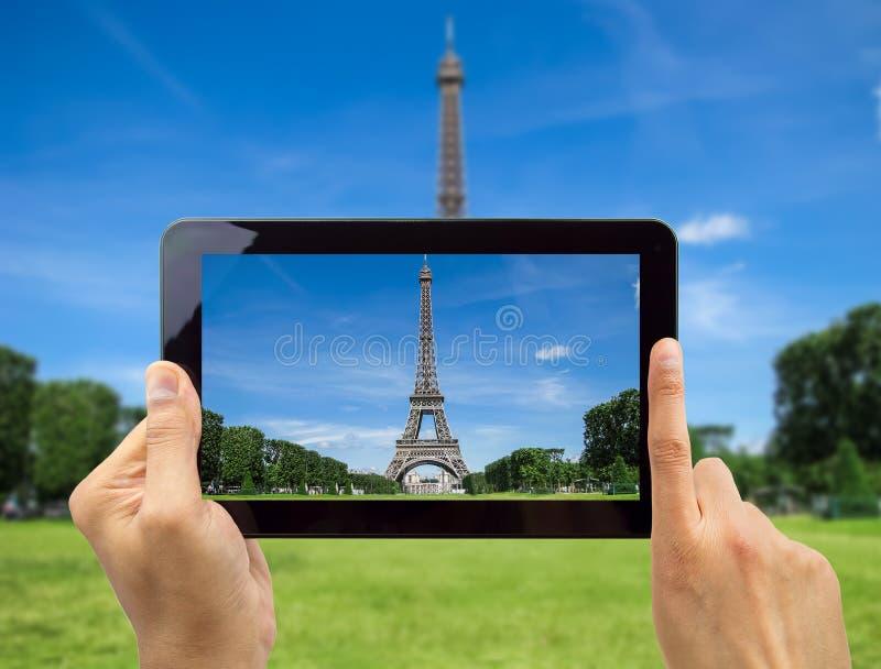Neem een foto van de Toren van Eiffel met mijn tablet royalty-vrije stock foto