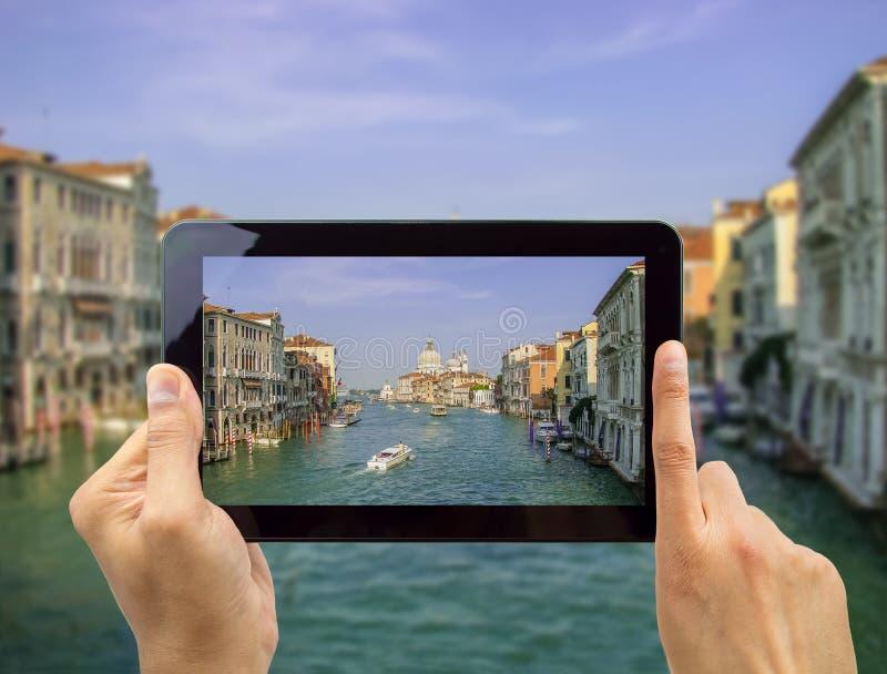 Neem een foto van Venetië met mijn tablet stock afbeelding
