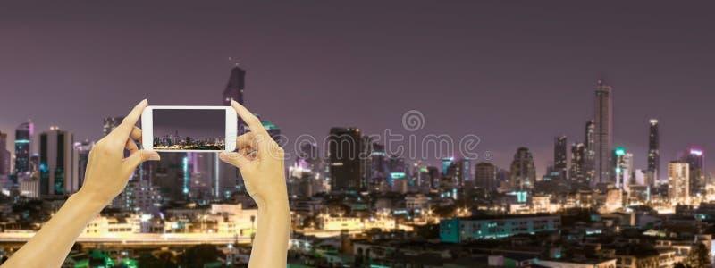 Neem foto bij de bouw van Bangkok bij nacht royalty-vrije stock foto's