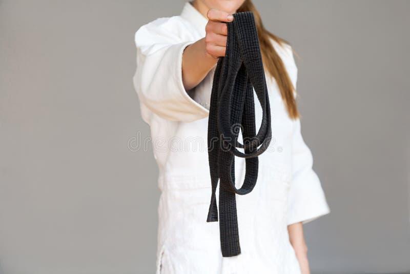 Neem het! Het vrouwelijke vechterstorso stelt in witte kimono die bevinden zich en stock fotografie