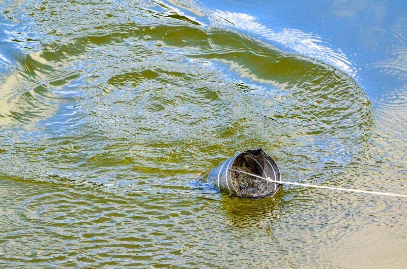 Neem steekproeven van water voor laboratoriumtest Het concept - analyse van waterzuiverheid, milieu, ecologie stock foto