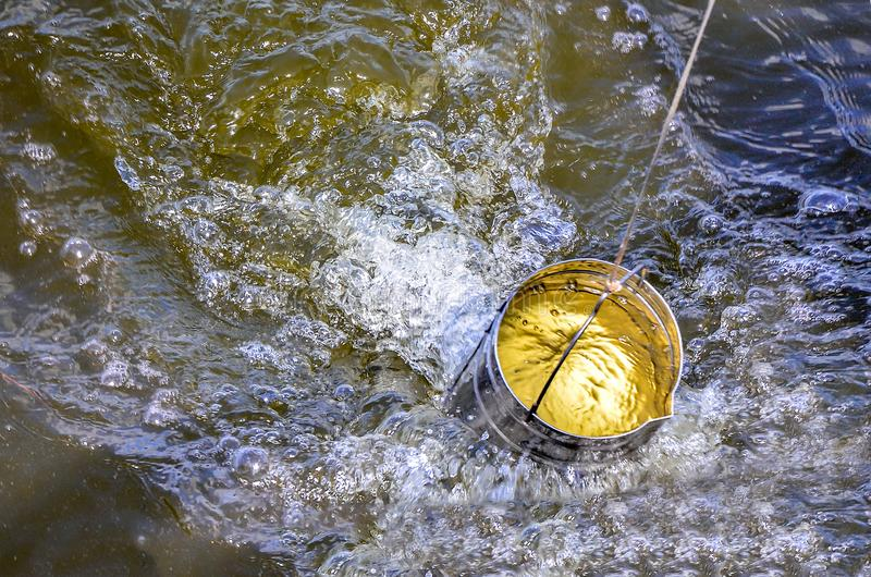 Neem steekproeven van water voor laboratoriumtest Het concept - analyse van waterzuiverheid, milieu, ecologie stock foto's