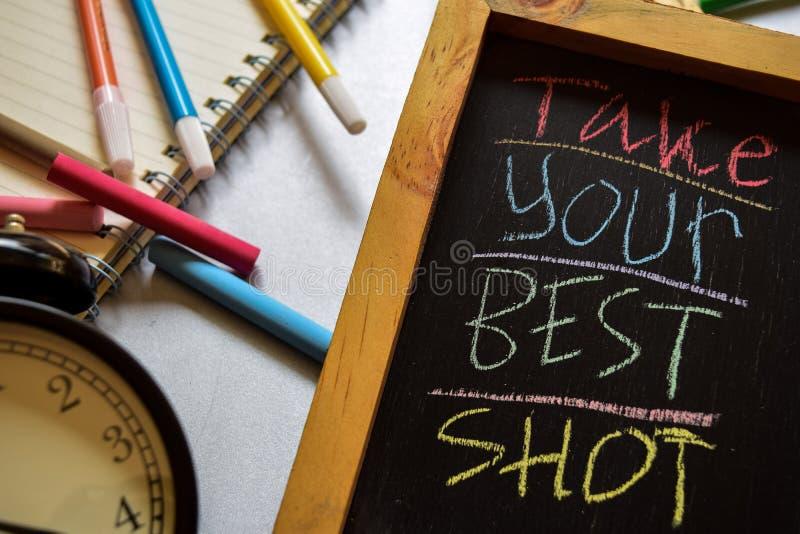 Neem uw die beste op uitdrukkings kleurrijke met de hand geschreven wordt geschoten op bord, wekker met motivatie en onderwijscon royalty-vrije stock foto's