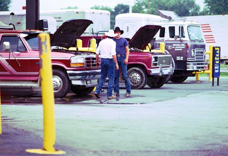 Neem wedstrijd bij benzinestation op stock foto
