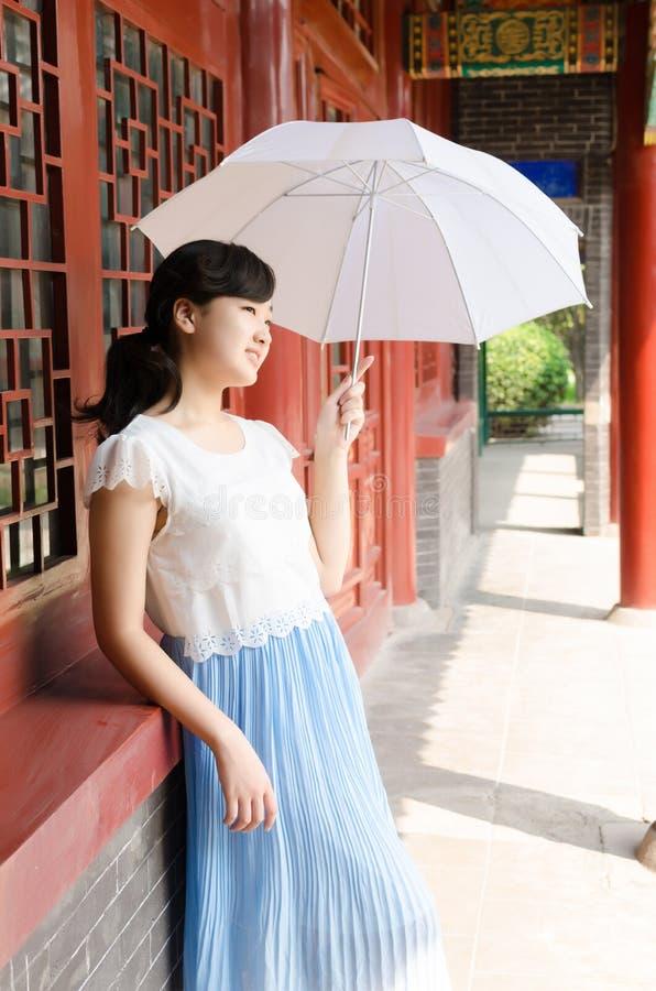 Neem wit paraplu zoet meisje stock afbeeldingen