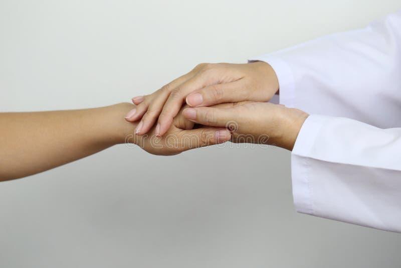Neem zorg en vertrouw op concept, de handen van de Artsenholding van patiënt bij het ziekenhuis royalty-vrije stock afbeelding