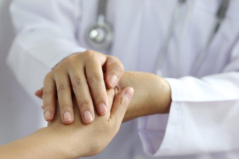 Neem zorg en vertrouw op concept, de handen van de Artsenholding van patiënt bij het ziekenhuis stock afbeelding