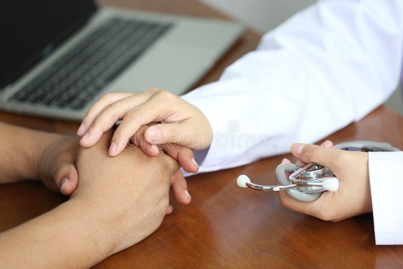 Neem zorg en vertrouw op concept, de handen van de Artsenholding van patiënt bij het ziekenhuis stock foto's
