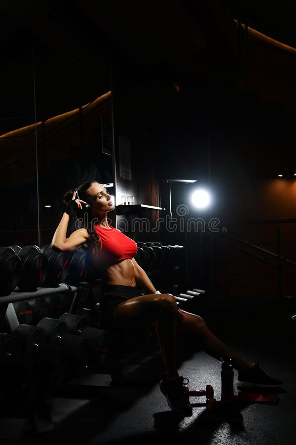 Neemt de sportief meisjes spiervrouw rust na harde training in geschiktheidscentrum Dieet en gewichtsverliesconcept royalty-vrije stock foto's