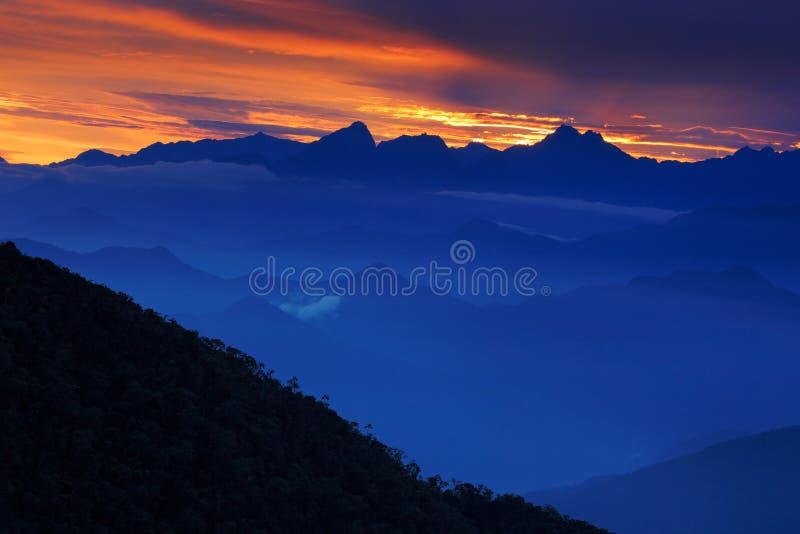 Neer kijkend op Siërra Nevada de Santa Marta, de hoge bergen van de Andes van de Cordillera, Paz, Colombia royalty-vrije stock afbeelding