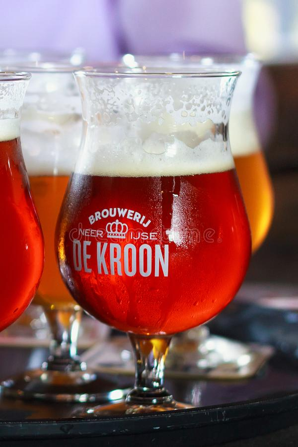 NEERIJSE,比利时- 2014年9月05日:品尝De Kroon的原始的啤酒在同样名字餐馆烙记 库存照片