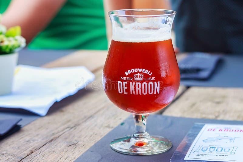 NEERIJSE,比利时- 2014年9月05日:品尝De Kroon的原始的啤酒在同样名字餐馆烙记 免版税库存图片