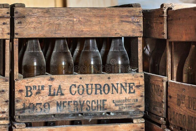 NEERIJSE,比利时- 2014年9月05日:有老葡萄酒啤酒瓶的木箱在啤酒厂De Kroon在Neerijse 免版税库存照片