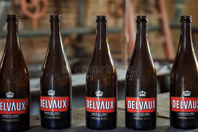 NEERIJSE,比利时- 2014年9月05日:Delvaux啤酒的少量空的瓶在啤酒厂De Kroon在Neerijse 库存图片