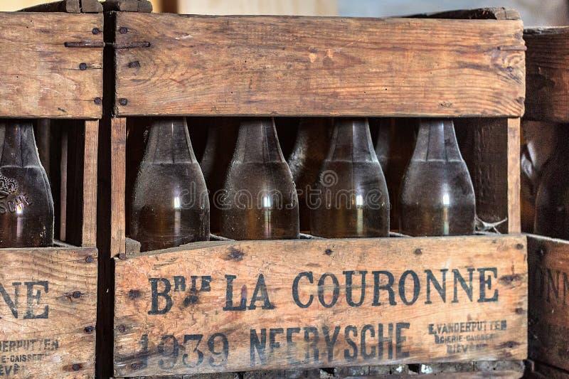 NEERIJSE, BÉLGICA - 5 DE SETEMBRO DE 2014: Caixa de madeira com as garrafas de cerveja velhas do vintage na cervejaria De Kroon e imagem de stock royalty free