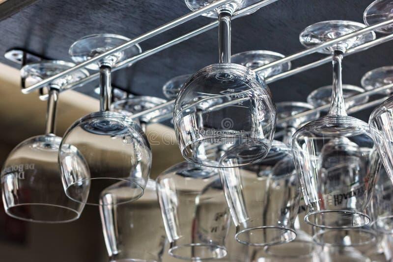 NEERIJSE, BÉLGICA - 5 DE SETEMBRO DE 2014: Esvazie vidros limpos para a cerveja belga Duchesse De Bourgogne fotografia de stock